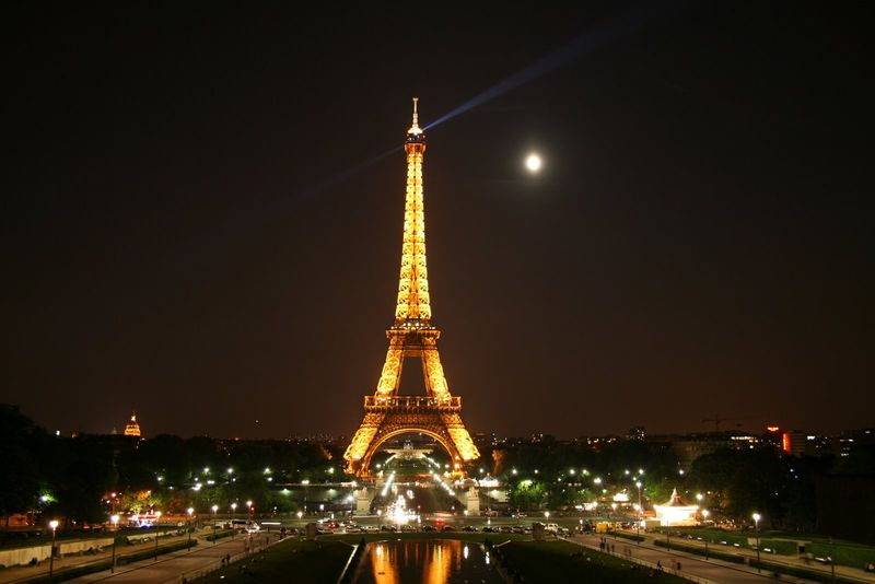 The-Eiffel-Tower-at-night